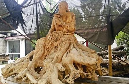 根雕达人用千年树根雕刻巨型炎帝神农像 重达5吨
