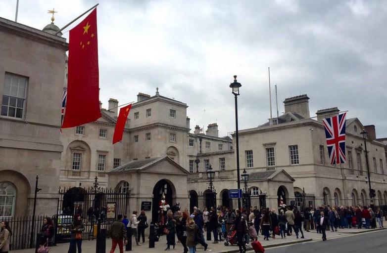 习近平访英前夕:满大街中国国旗