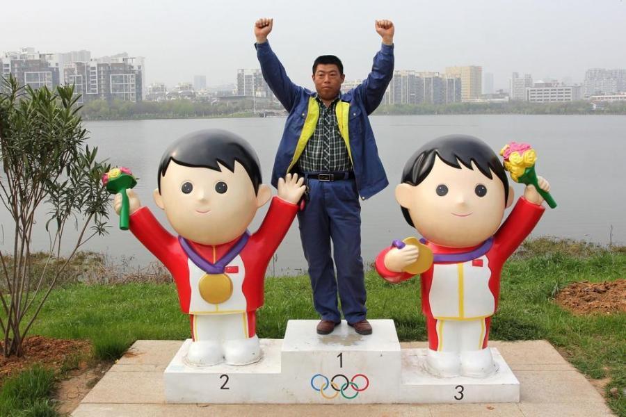"""武汉公园内现""""卡通红军""""雕塑"""