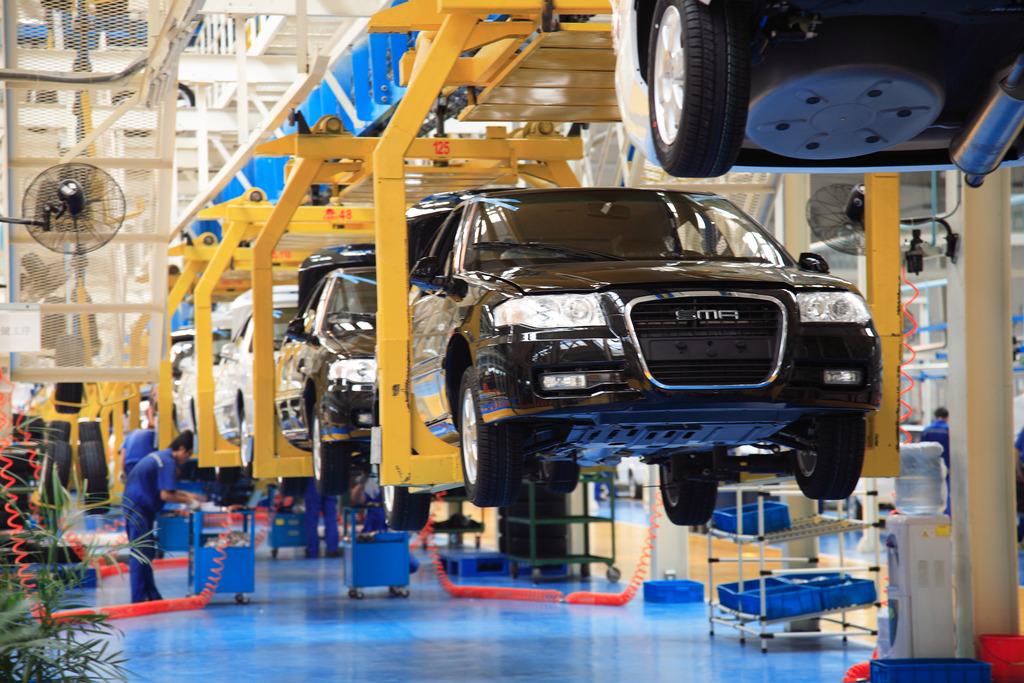 部分车企仍在扩张生产 上述报告中透露,目前国内车企仍在扩张产能,在建产能超过600万辆。 上周,一汽大众天津工厂正式开工建设,这是一汽大众在长春、成都、佛山之外的又一座新工厂,此前在青岛投资的工厂也在建设之中。一汽大众官方表示,天津工厂建成之后,到2020年,其总产能将达到300万辆。 随着上汽通用位于金桥的凯迪拉克工厂投入生产,该企业产能也再次提升。此前,上汽通用在武汉设立了分公司,投资70亿元建设工厂,建成后将新增产能24万辆。 连续几年销量突破100万辆的北京现代位于河北沧州的新工厂今年也将完工并