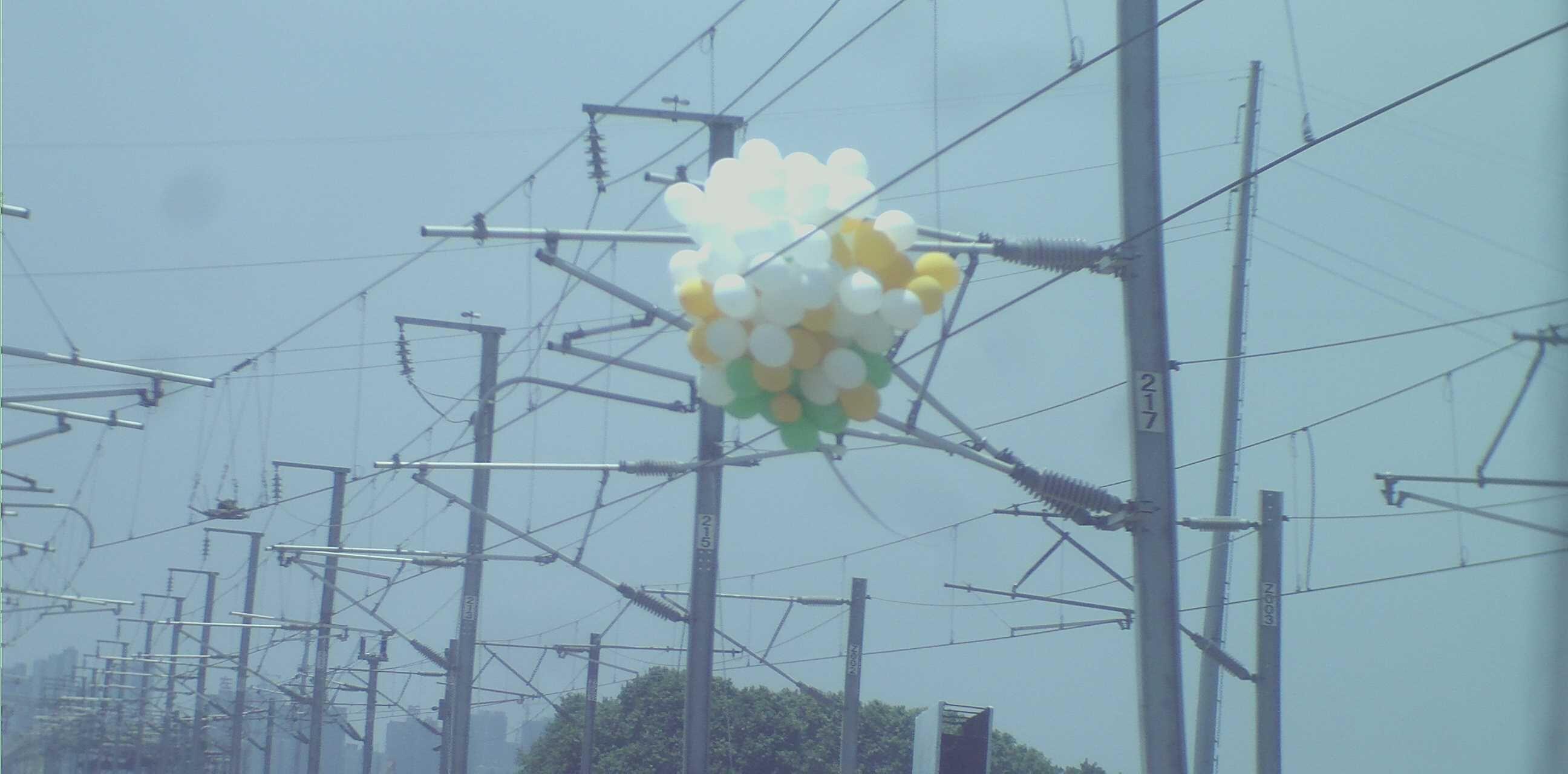 长江云报道(通讯员 宋英辉)5月12日12时30分,武石城际葛店南站因多个气球挂在供电接触网上,导致武汉至大冶北的C5509次列车紧急停车。经铁路部门紧急处置,仍造成C5509、C5510及C5613次列车分别晚点1小时左右。 据悉,这是今年来全省发生的第三起类似事件,今年的2月份,麻武线红安至宋埠间发生了农民烧荒损坏铁路设备,导致4趟列车晚点。3月份,由于农民烧荒引燃铁路绿化带,损毁襄渝线小花果至胡家营间区段一处电缆,导致经过该区间的8趟客车晚点,最长达1小时15分。 根据《铁路法》及《铁路安全管理条