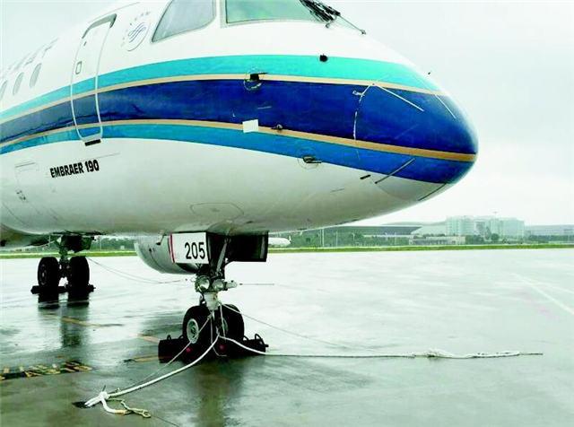 图为:广州白云机场系留的飞机