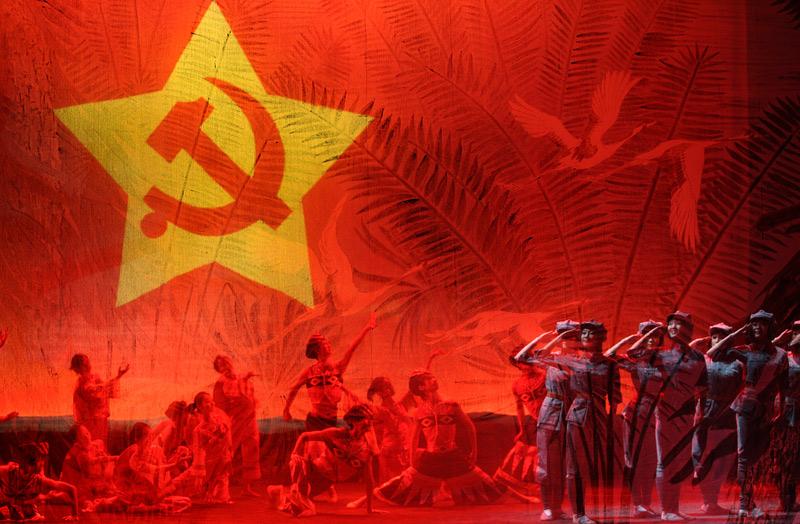 """提起山歌,江西人民一点也不会陌生。从《刘三姐》到《红军阿哥你慢慢走》从《十送红军》到《映山红》,悠扬婉转的山歌在这块革命的热土上一直广为流传,具有绵延不息的生命力。但在诞生了肖华、陈奇涵等56位共和国开国将军的兴国县,这里的""""山歌""""不仅悦耳动听、广受欢迎,而且还处处透露着一种别样的""""红""""。 """"长征路上奔小康""""网络编辑""""走转改""""采访活动的第三天,我们走进了兴国县杰村乡含田行政村,特地来感受这里洋溢着浓浓红色&l"""