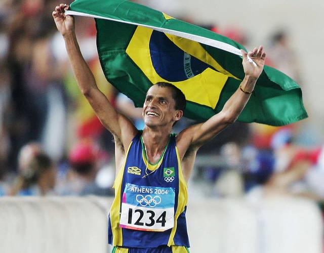 里约奥运开幕式上,巴西47岁的前马拉松选手范德雷·德&middot