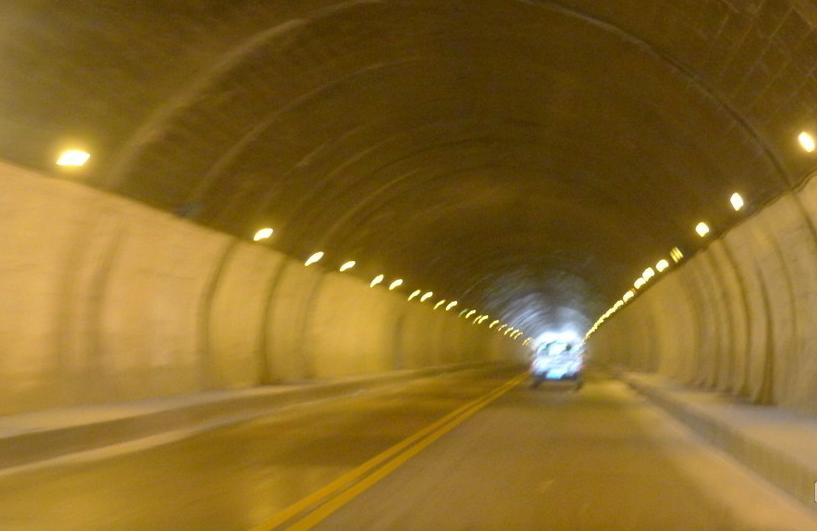 进入东湖隧道时,入口处有黄色和白色两种灯光