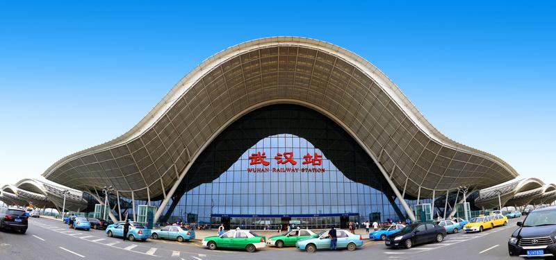 武汉站新增14趟高铁1趟动车 今日起铁路运行图调整,武昌火车站增开一趟上午到上海的动车D3044次,武汉站则有了到济南的高铁。 此次调图后,部分线路将优化出一批大站快车,沿途只停靠几个大站,减少经停时间。武铁将新增6趟始发或经过高铁,武汉铁路2—5小时交通圈再次加密。9月16日,襄阳至南京开行动车,两座古城首次实现动车通达。 武昌火车站相关人士称,武昌站变化不大,但还有部分动车组列车变更了运行区段,武汉站新增高铁14趟和武汉到襄阳的动车一趟。其中有武汉到上海虹桥、济南西、广州南和怀化南等地4