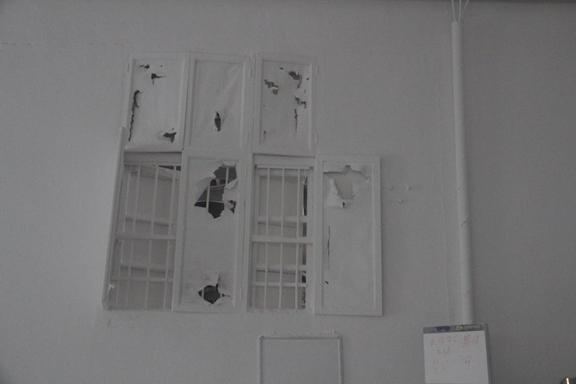 """窗户、墙面上积满粉尘 17日,由省安监局副巡视员程跃祥带队的第三检查组,率先出发,首站即来到大洋塑胶。这是一家集研发、生产、销售为一体的塑料管道专业化企业,现有员工300多人。 在大洋塑胶大门口,一方醒目的招牌上印着企业的经营理念——""""做良心管·饮放心水""""。然而,检查组通过检查,发现该企业在安全生产尤其是职业卫生上,与自己的经营理念背道而驰。 当日,检查组一行,走进PVC管的拌料车间,现场的环境令人""""大跌眼镜""""。所有的"""