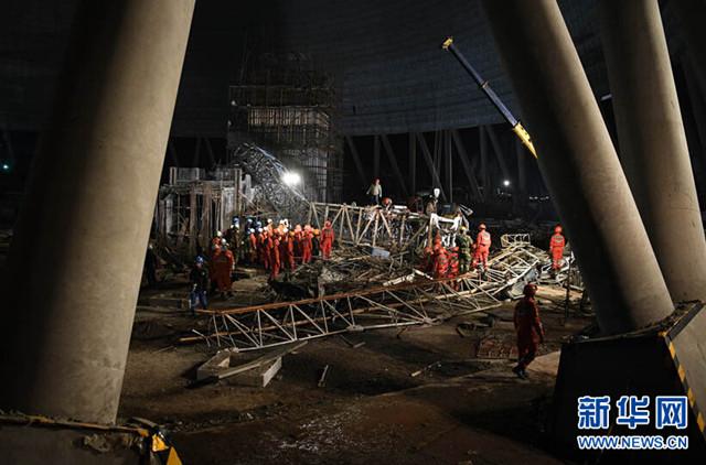 """11月24日7时40分许,江西宜春市丰城发电厂三期在建项目发生冷却塔施工平台坍塌特别重大事故。 74名遇难者 主要来自河北湖北 丰城电厂""""11·24""""事故现场搜救基本结束,截至24日22时,确认事故现场74人死亡,2人受伤。 目前,工作人员已核对确认了68名遇难者身份信息。确认身份的遇难者年龄最小的23岁,最大的53岁。当地政府正在全力做好遇难者家属接待、安抚工作。 24日早上7时40分许,江西丰城电厂三期在建冷却塔施工平桥吊发生倒塌,造成横版混凝土通道倒塌。当日上"""