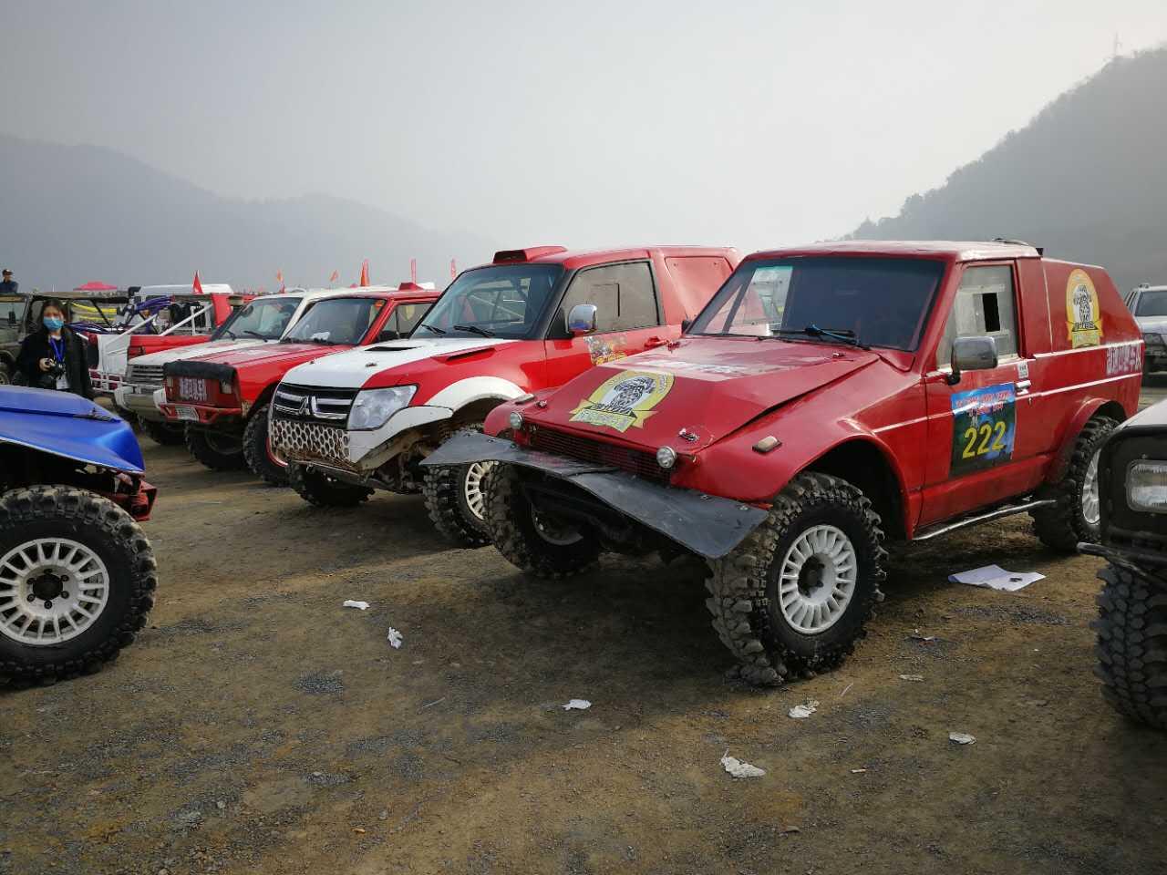 400多台越野车参加了三个组别的比赛,上演一场激烈精彩的汽车越野大赛