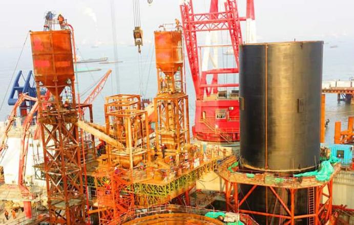 沪通长江大桥29号墩首个钢管柱开始封底施工