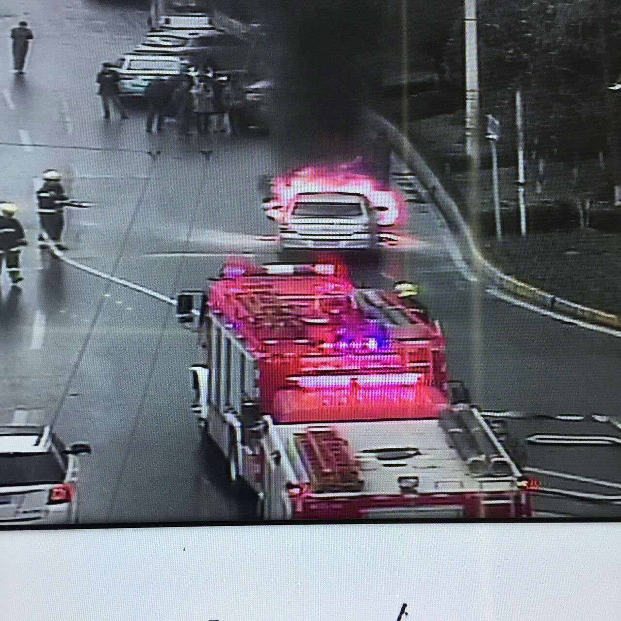惊险| 武汉解放大道一小车自燃 幸无人受伤