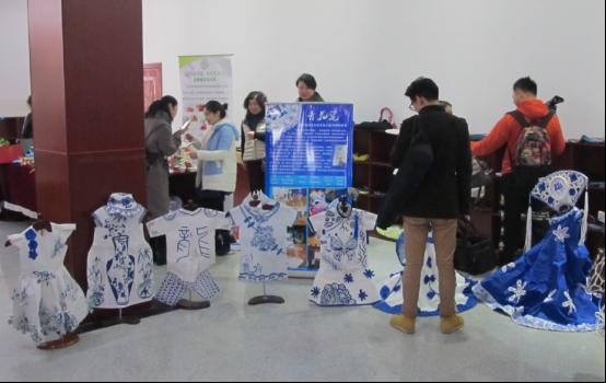 图为:武昌区机关幼儿园制作的环保服装吸引大量教师