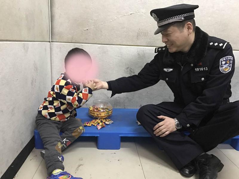 目前孩子正在武昌火车站,孩子父母正坐飞机赶来武汉.