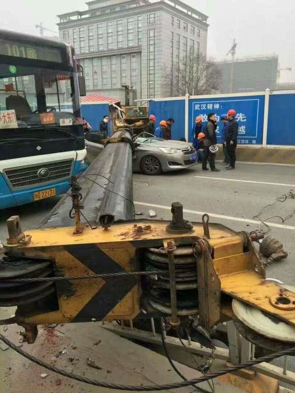 v视丨武汉一建筑工地塔吊倒塌砸中一车 致车主受伤