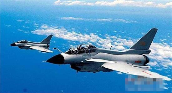 真相!美国要替日本升级F-15 那么,美国升级F-15,除了增强战机性能,还有什么原因?答案是日本。作为世界上拥有第二大F-15机队的国家,根据媒体报道,日本一共装备有213架各型F-15战机。不过从上世纪90年代之后,中国空军进入迅猛发展时期,不但大量引进苏-27SK、苏-30MKK战斗机,还引进技术生产了歼-11,自行研制了歼-10、歼-10B战斗机、PL-12主动雷达制导空空导弹,日本担忧,这些力量已经对日本形成了规模上的优势。所以,2015年、2016年,波音公司两次向日本航空自卫队提出F-15