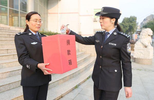 女警���9�����:`kz`a���_百名女警爱心助学 情暖三八妇女节