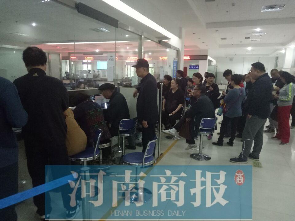 郑州社保局现低矮窗口 回应:椅子被挪走