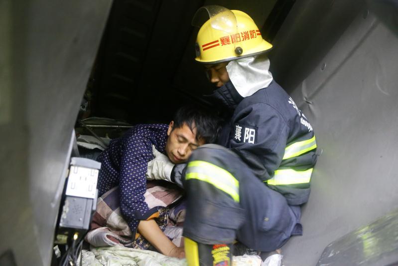 满载 二师兄 货车冲下路基 师傅 被困 消防冒雨救援