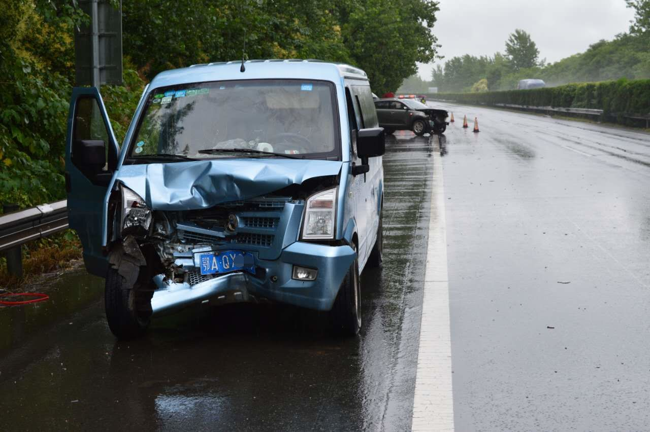 雨天开车挡风玻璃起雾 驾驶员徒手擦玻璃酿事故
