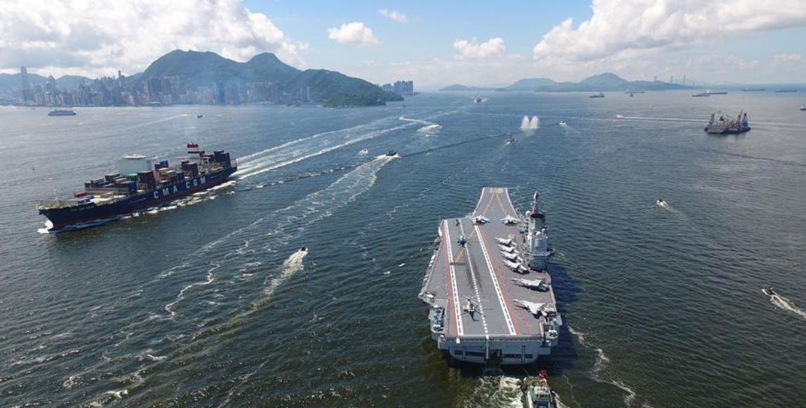 辽宁舰航母编队驶离香港 市民依依不舍道别