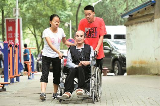 广西图片推着瘫痪女孩上大学华中师大免费提海边女生的在父亲图片