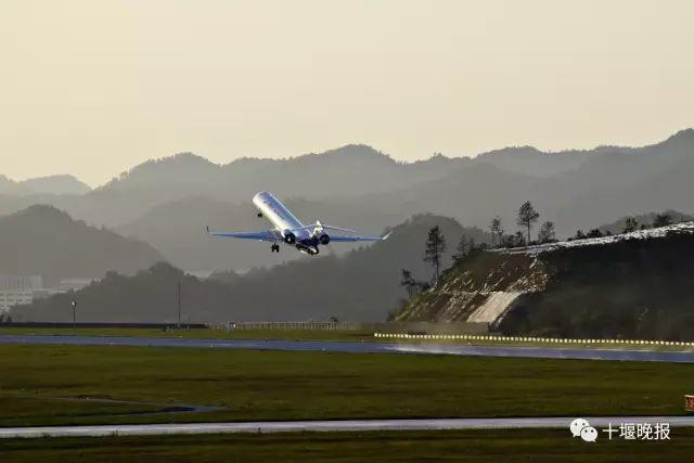 1条b类飞机自滑进出通道, 目前,武当山机场共开通14条航线, 通达 北京