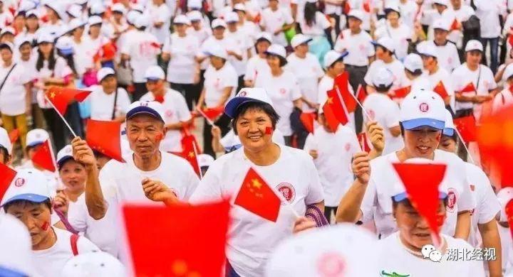 那一张张国旗下定格的笑脸, 照出社会变革新形势下的中国表情 ——图片