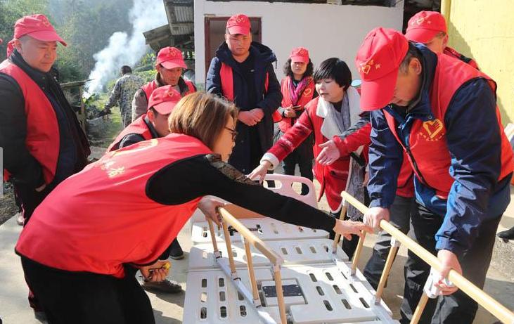 湖北鹤峰:志愿者爱心扶贫情暖孤寡老人