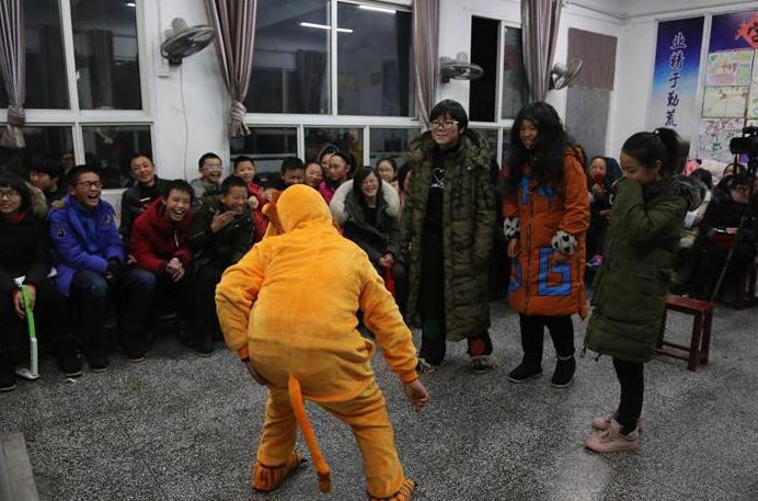 湖北鹤峰学生把课堂变成舞台