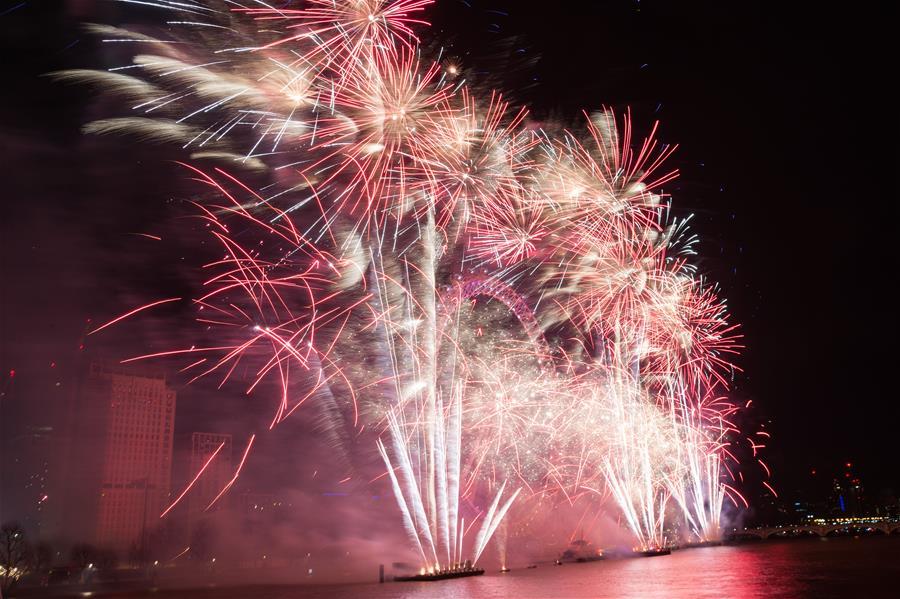 伦敦:焰火迎新年_长江云