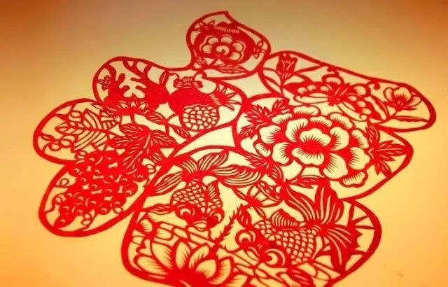 中国最早的剪纸作品是北朝时期的五幅团花剪纸,到了唐代剪纸处于大