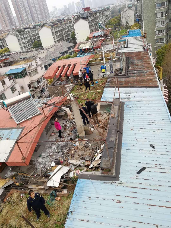武汉丨顶楼业主封锁天台通道 城管借助吊车输送