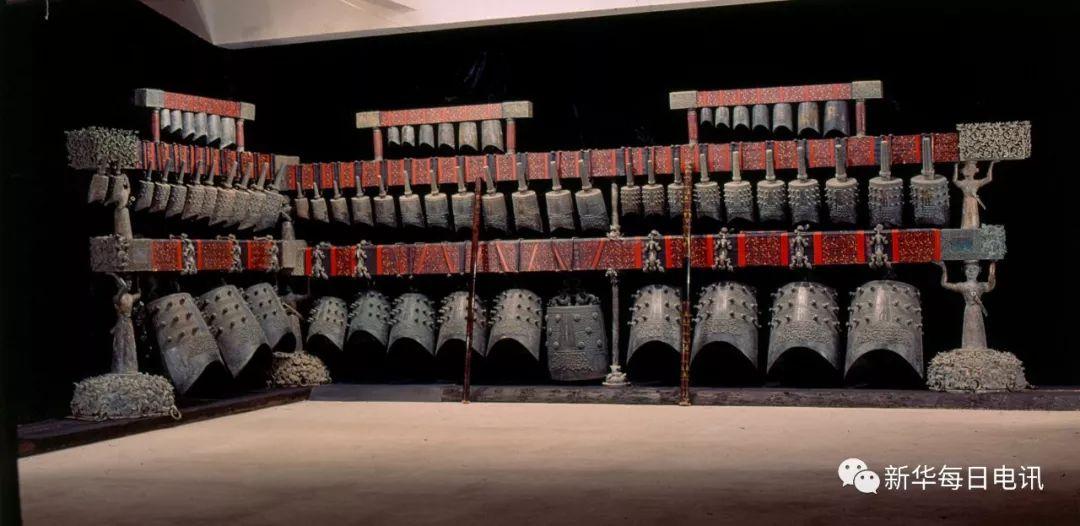 曾侯乙编钟原件全景。(资料图片由湖北省博物馆提供) 1978年5月,深埋于地下2400余年的曾侯乙编钟在湖北随州擂鼓墩重见天日,震惊中外。因为有了1978年的巧遇,便注定与中国改革开放同行。 出土40年间,作为来自孔子时期的声音,曾侯乙编钟以其恢宏气势、浑厚音色,不仅见证着改革开放以来的重大事件,也拉近中国与世界的距离,成为文化传播的符号和对外交流的桥梁。 音乐奇迹与世界记忆 公元前五世纪,是一个精彩的世纪。人类的自我意识出现了理性的觉醒,人们逐渐转变从神到人的认识,也渐渐地