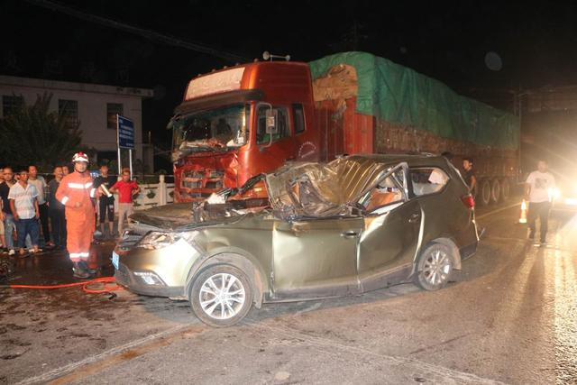 """商务车被挂车撞成压缩""""面包"""" 群众扶车救出"""