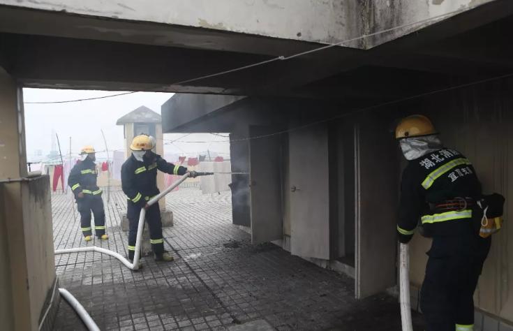 """""""有没有人?……""""浓烟中,宜昌消防员营救、疏散80名群众"""