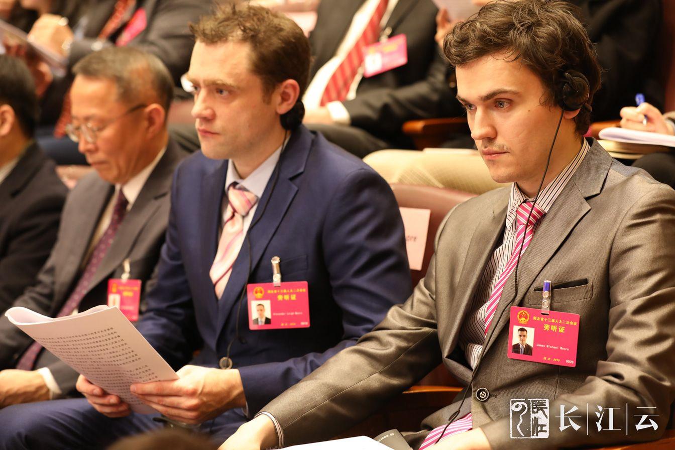 1月14日上午,湖北省第十三届人民代表大会第二次会议在武昌洪山礼堂隆重开幕。图为受邀旁听人大开幕式的外籍人士。