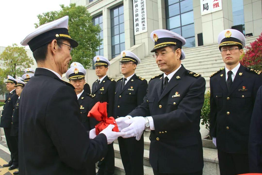 武汉海关政治部副主任,人教处处长袁涛宣读仙桃海关成立文件和仙桃