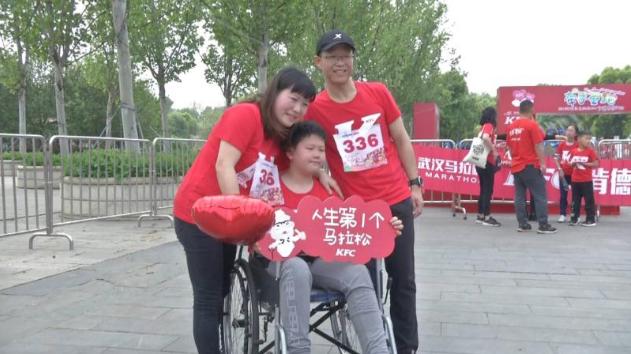 2019年武汉马拉松亲子跑 温馨开跑