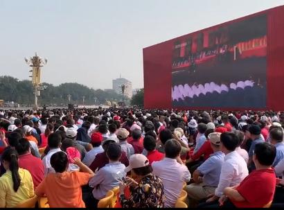 阅兵式开始 现场观礼嘉宾群众见证祖国的繁荣昌盛