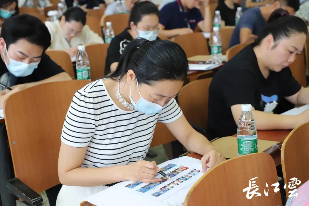"""【长江云】武汉这所高校,辅导员参加考试,学生客串""""考官"""""""