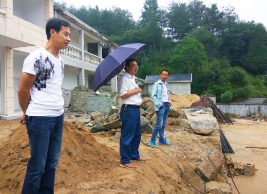 县文化局局长熊世东到河铺镇指导文化广场建设工作