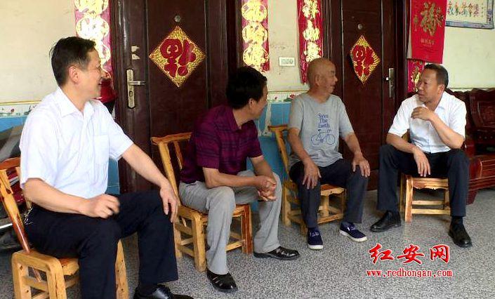 劉雪榮來紅安慰問困難黨員