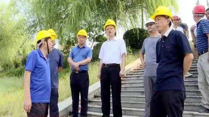 红安二桥改造工程进入桥面施工阶段 余学武等领导看望慰...