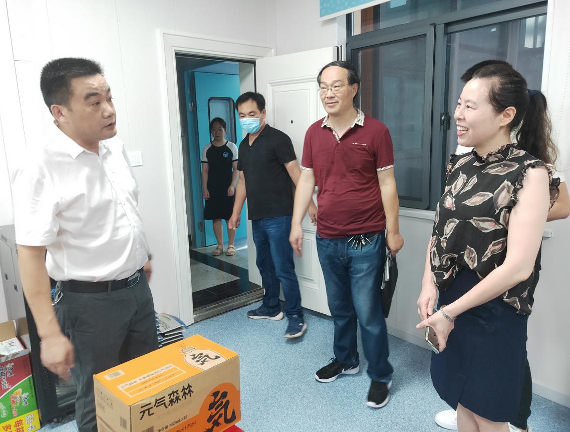 红安县卫健局给疫控中心一线工作人员送清凉