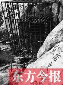 一周后,此遗存被当地有关部门加以铁笼保护