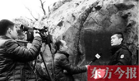 2015年12月9日,东方今报记者在东汉刻石发现处接受河南电视台采访。