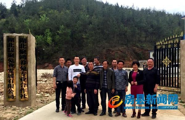 房县沙河乡3村民在房县源聚兔业学成养兔技术