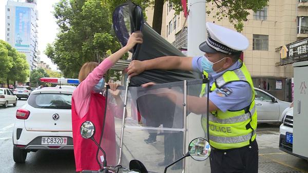 房县:文明交通劝导 志愿者在行动