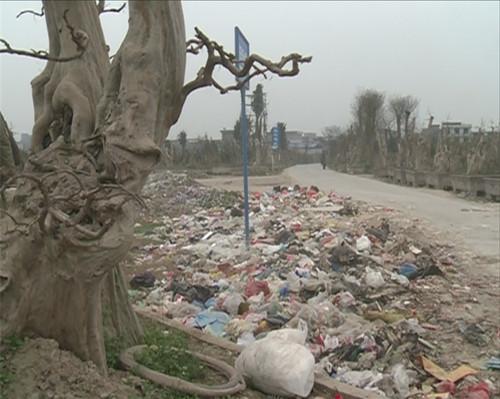 来凤:昔日军用飞机场如今变垃圾场