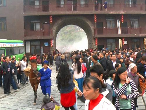 正文  来凤:杨梅古寨开寨迎客 杨梅古寨景区位于来凤县三胡乡石桥村和